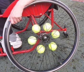 Wielen rolstoel met tennisballen